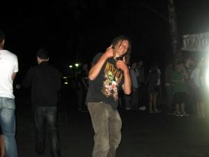Gutgelaunter Metallica-Fan am Abend (mit Bier in der Hand)