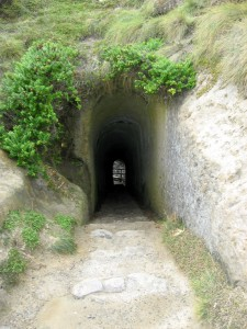 """Jaha, daher kommmt der Name """"Tunnel Beach"""""""