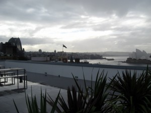 Dachterrasse YHA Sydney Harbour - Links die Harbour Bridge - Rechts das Opernhaus